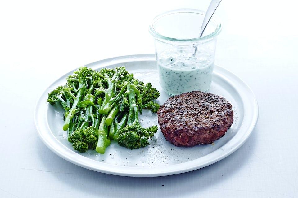Tallrik med broccoli och biff.