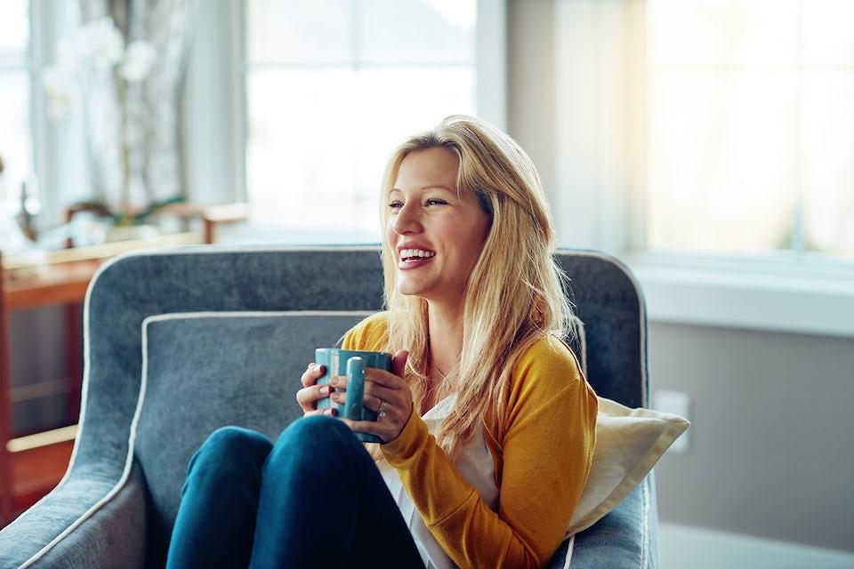 Kvinne drikker en kopp grønn te.