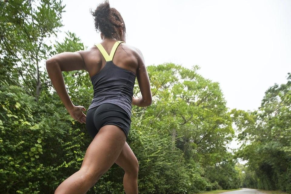 Kvinde løber på landevej