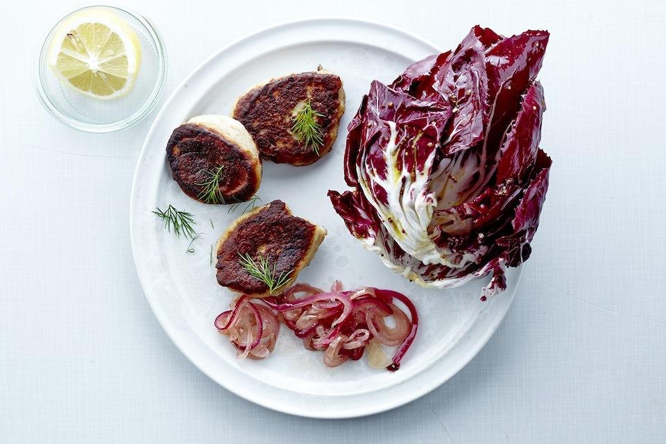 Tallerken med fiskekaker, salat og sitron