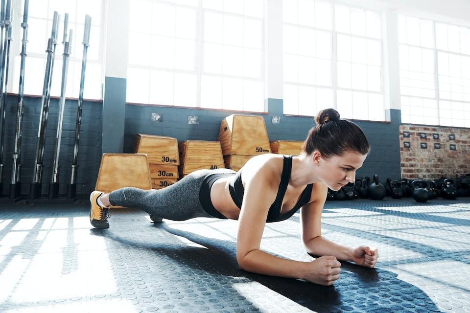 En kvinna gör plankan