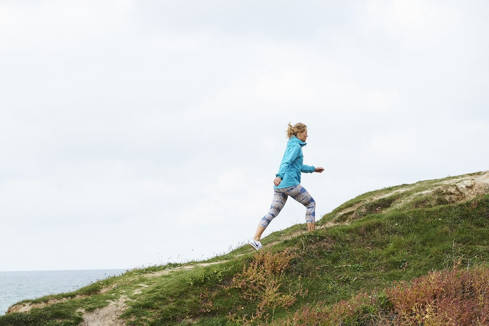 Nainen kävelee ylös mäkeä