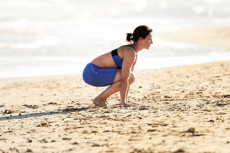 Kvinne gjør burpees. Sirkeltrening.