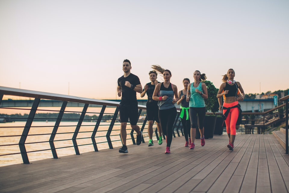 En gruppe kvinder og mænd løber sammen.