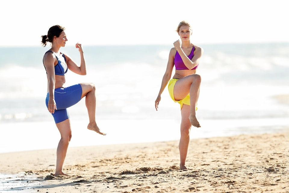 Kvinna gör squats med twist. Cirkelträning.