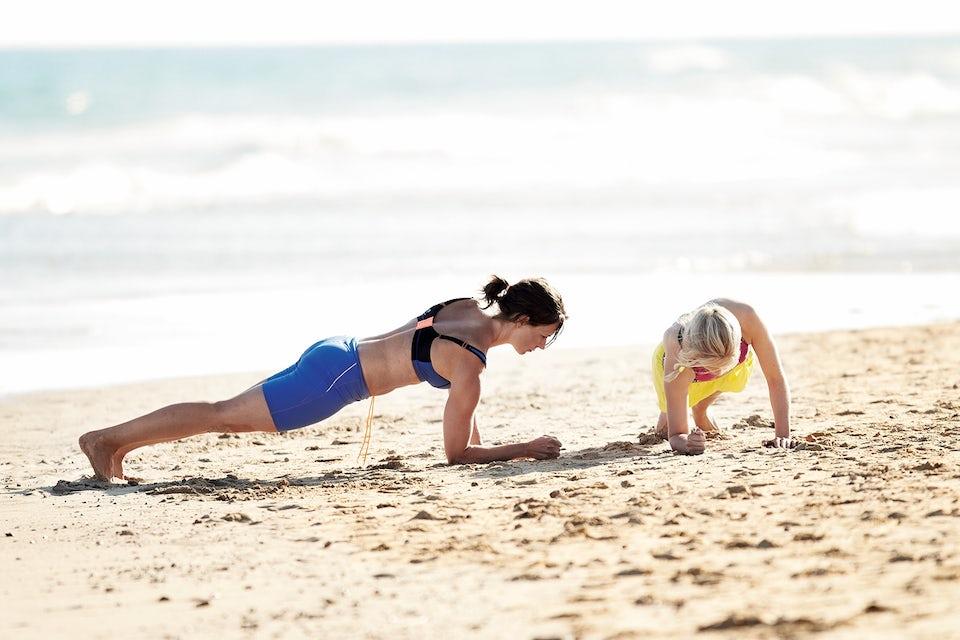 Kvinner gjør gående planke. Sirkeltrening.