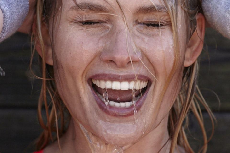 Kvinde smiler, front