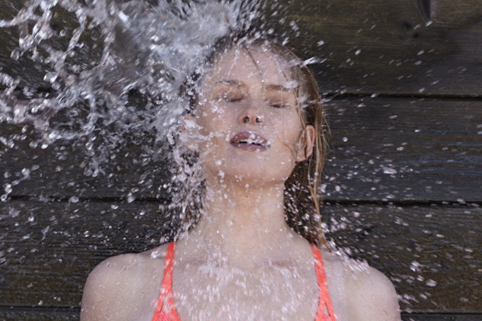Kvinne sprutes ned med vann