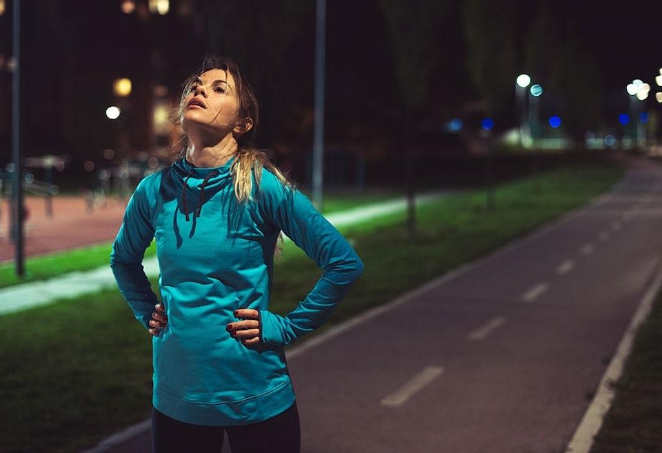 Nainen hengästyneenä rankan lenkin jälkeen