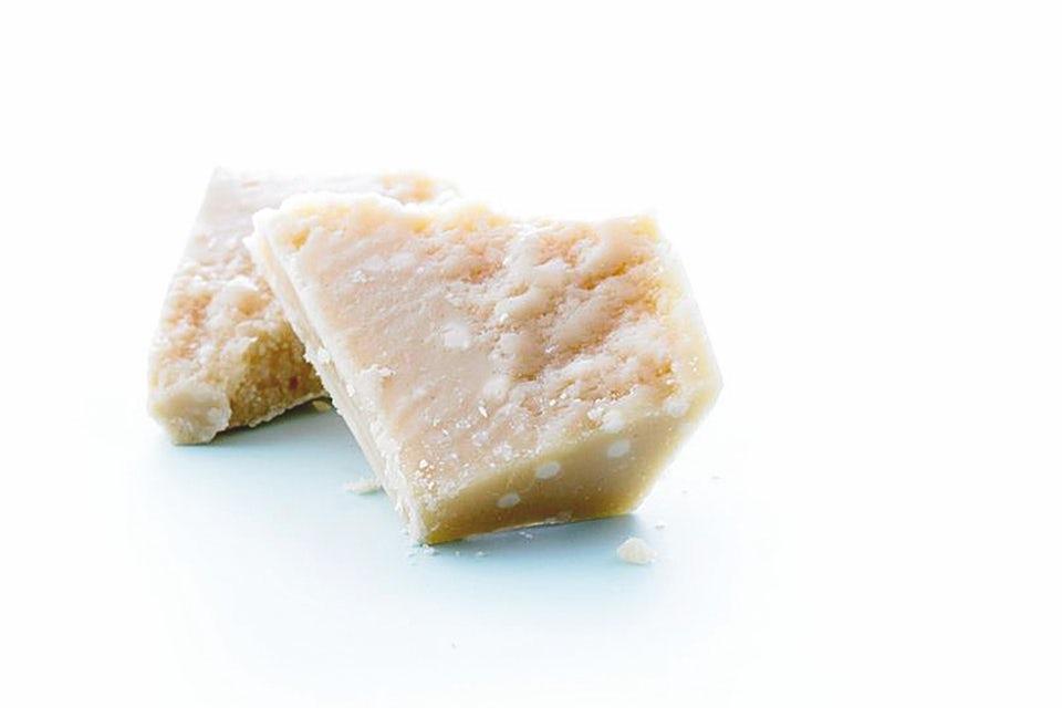 parmesaanijuustoa valkoisella taustalla