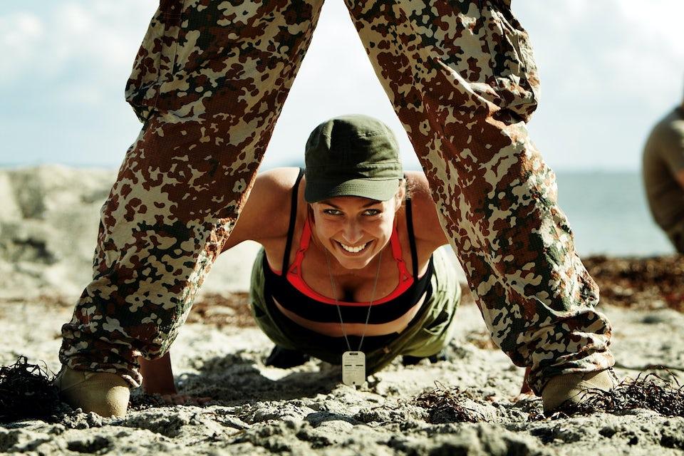 Kvinde i gang med push-ups, cirkeltræning.