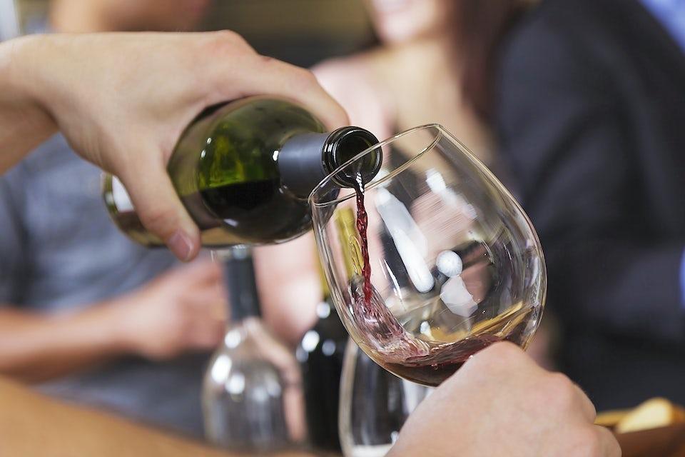 Skjenkes rødvin fra flaske