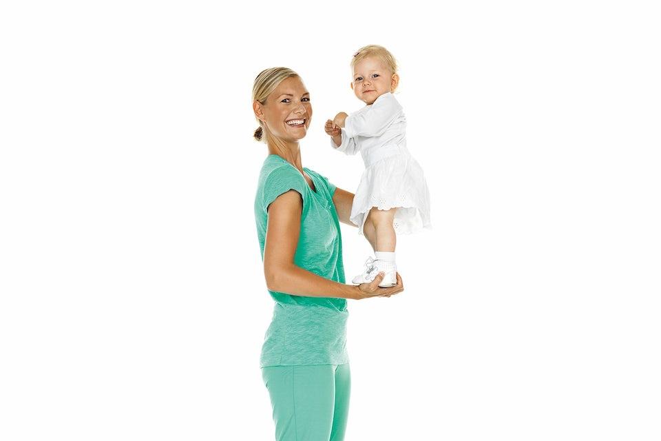 Kvinna står med barn.
