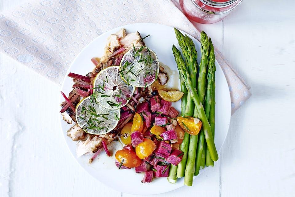 tallerken med grillet laks, asparges og rabarbra