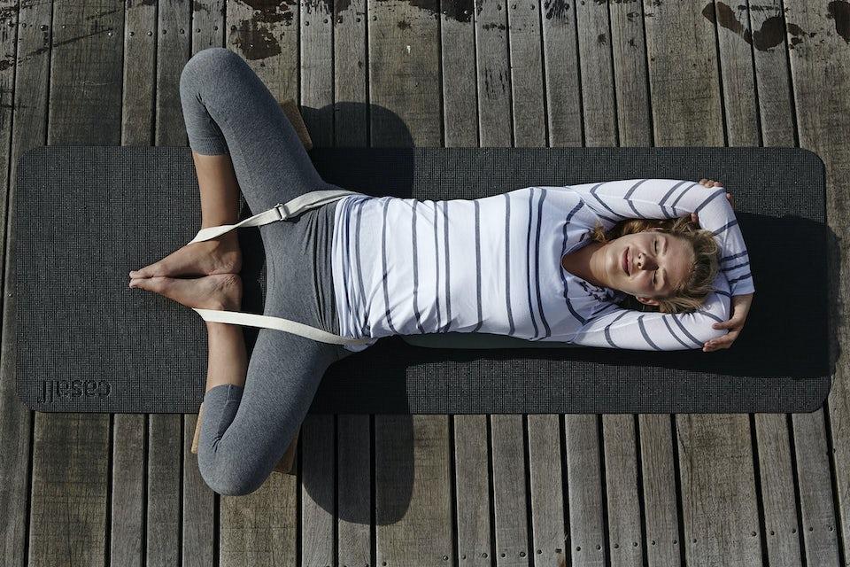 Kvinde laver yoga