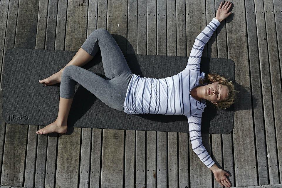 Kvinna gör yoga.