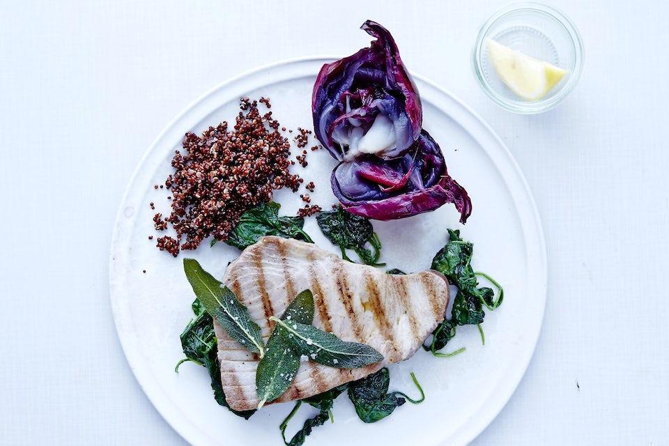 Tallrik med tonfisk och grönsaker.