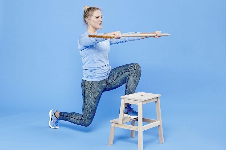 Nainen tekee askelkyykkyä harjanvarsi kädessä