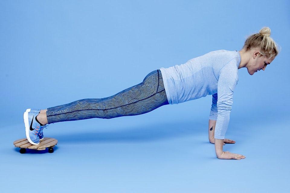 Kvinde laver planke