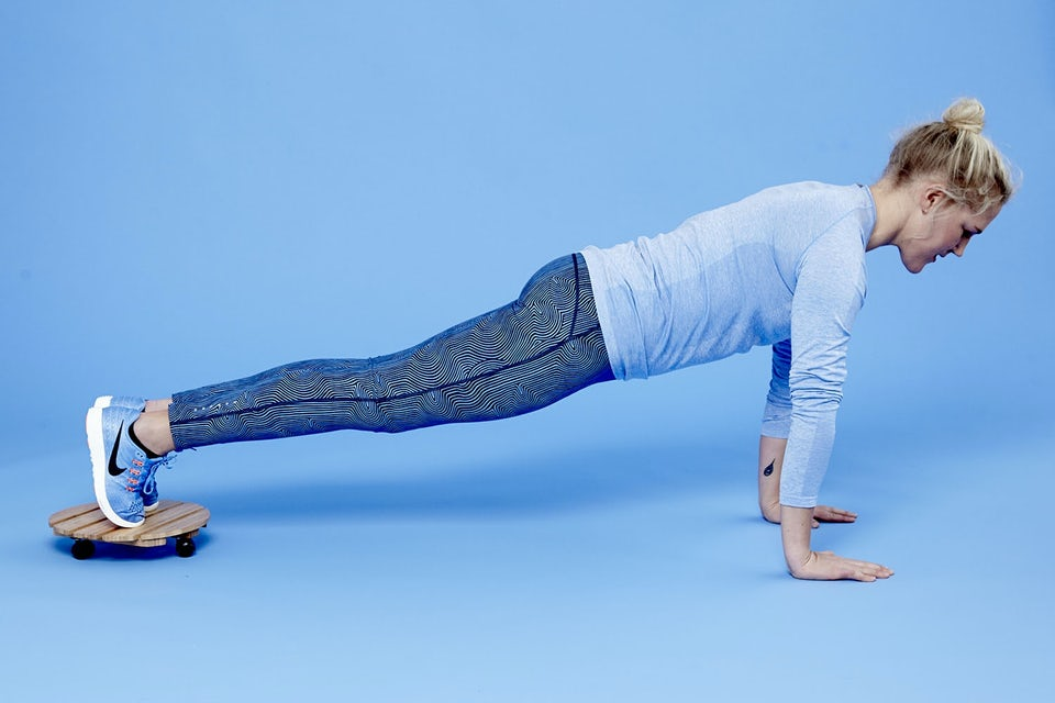 Kvinna gör planka