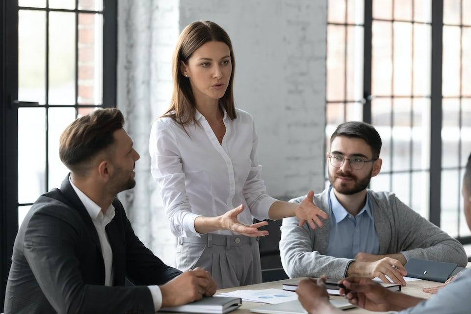 Kvinde leder møde
