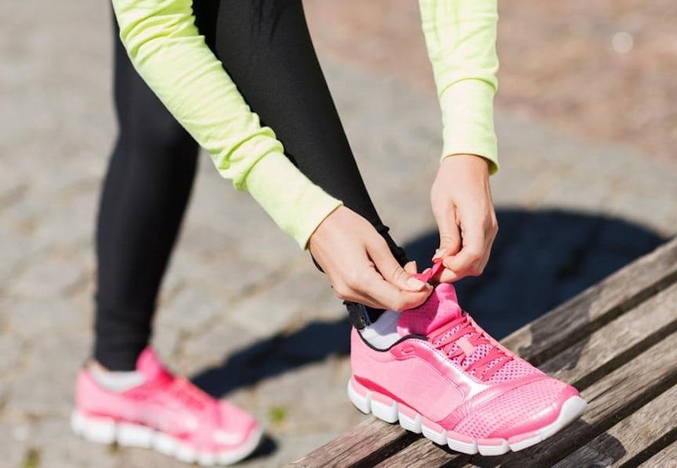 Kvinde snører sine løbesko