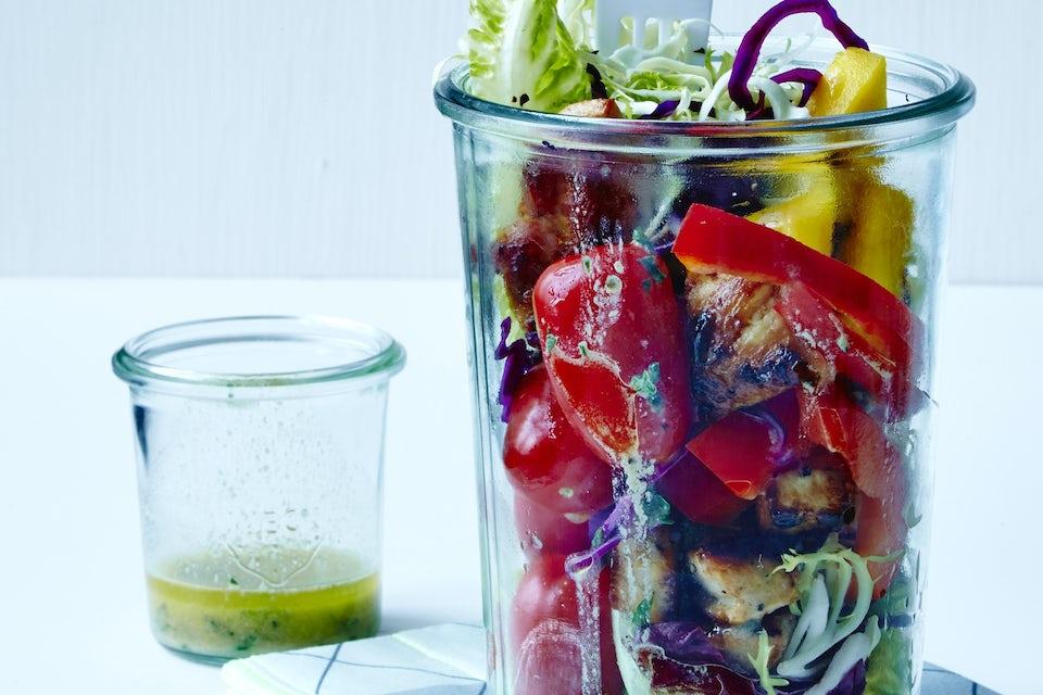 Kaksi lasia, yhessä kastike ja toisessa salaatti
