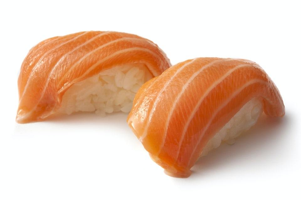 Sushi med lax mot vit bakgrund.