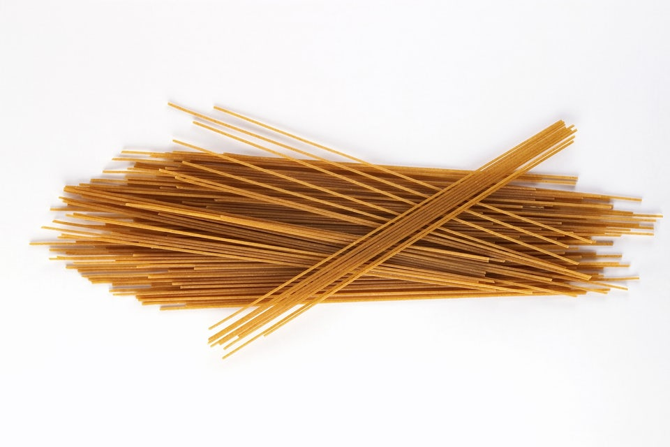 Pasta och kolhydrater mot vit bakgrund.