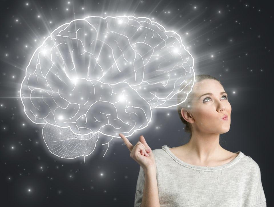 Nainen katsoo mietteliäästi ylöspäin. Pään vasemmalla puolella on suuri piirros aivoista.