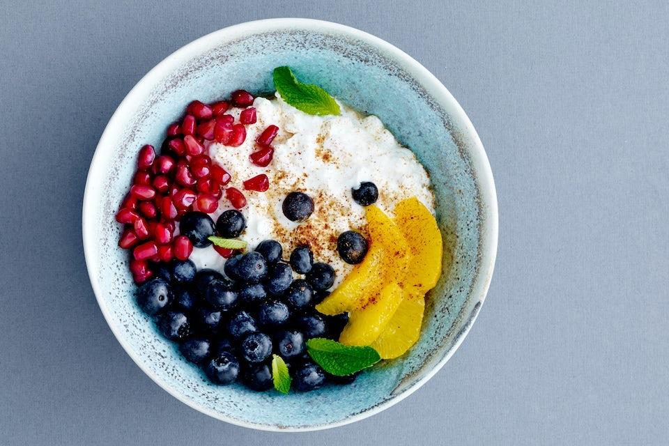 jogurttia ja marjoja kulhossa