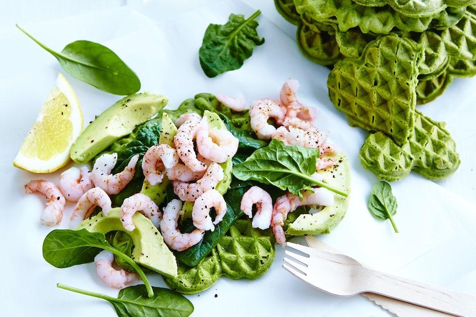 vafler med spinat, reker og avokado
