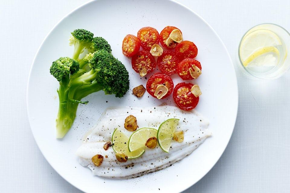 Rödspätta med grönsaker på en tallrik