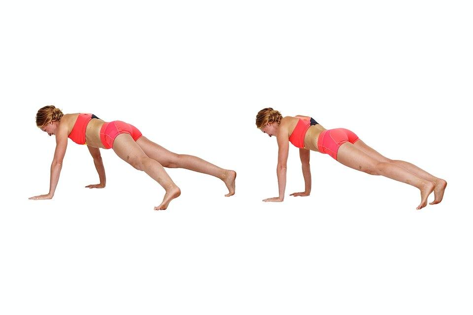 Kvinna gör spiderman-walk, styrketräning, redo för bikini