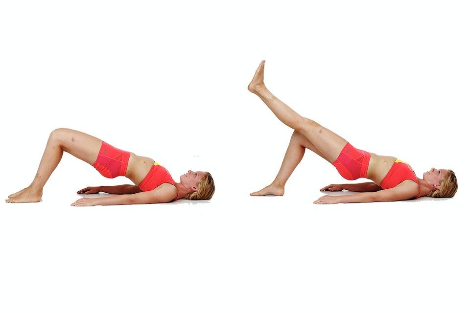 kvinde laver benløft, planke, styrketræning, bikiniklar