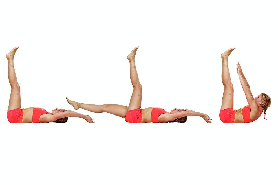 kvinne gjør beinsenk med vipp, styrketrening, bikiniklar