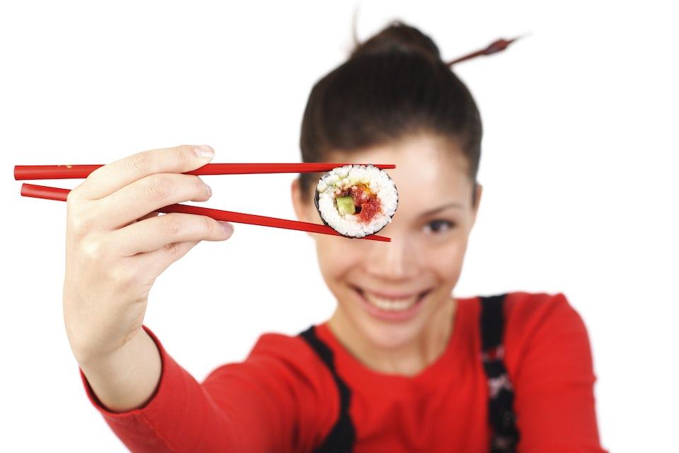 kvinne med sushi