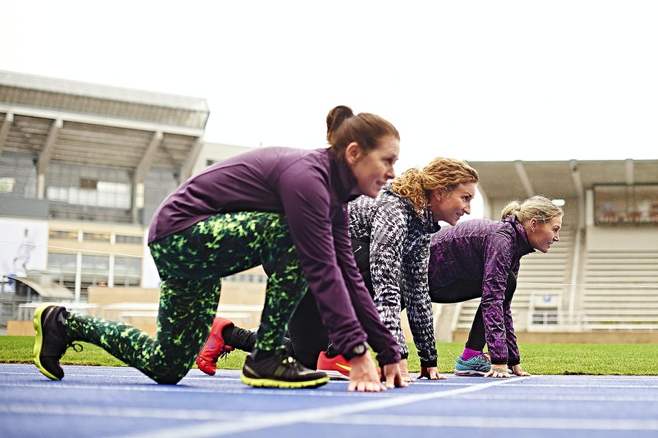 Tre kvinnor redo för löpning