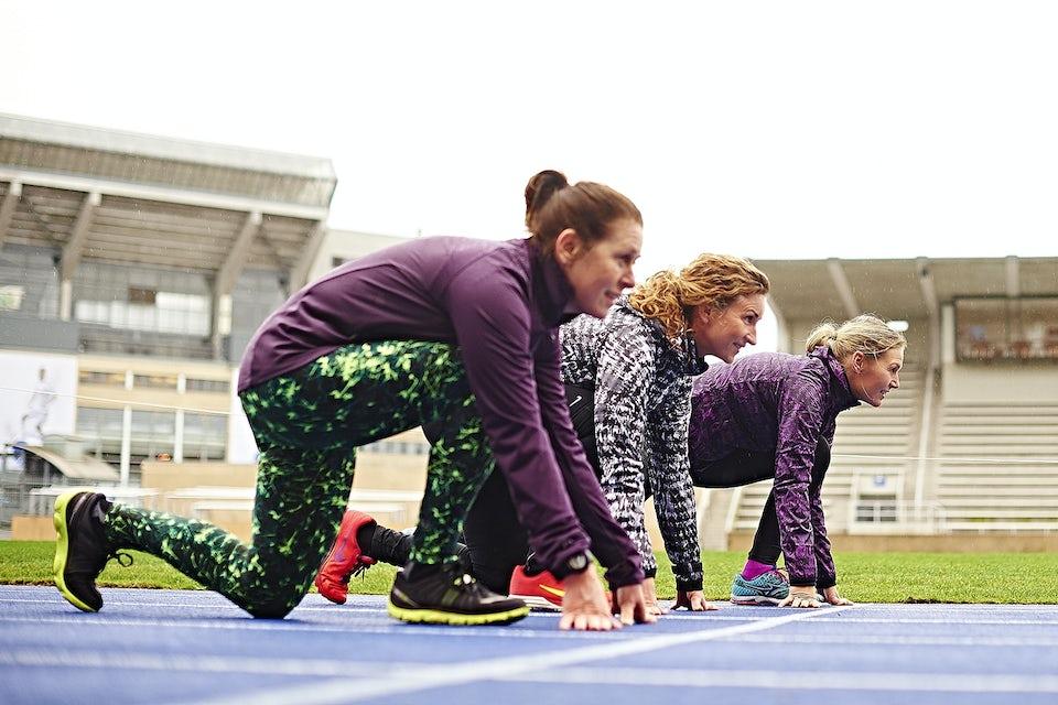 Tre kvinner klare til å løpe, trening, løpe 5 km