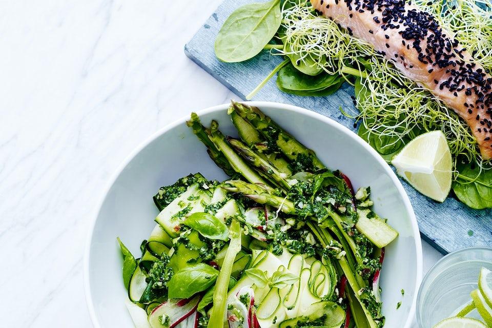 grøntsags-spaghetti med spinat, asparges og bagt laks