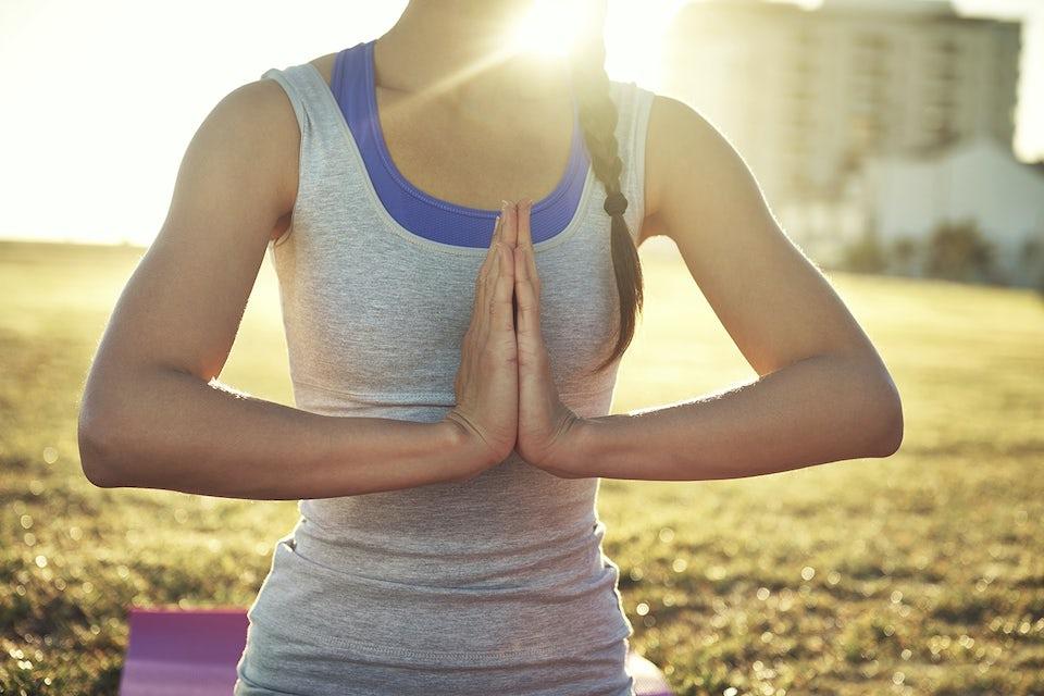 kvinne trener yoga om morgenen
