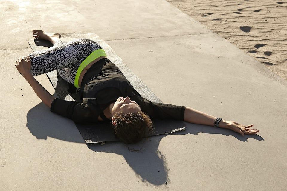 Susanne Lidang gjør yogaøvelsen Universalstrekk.