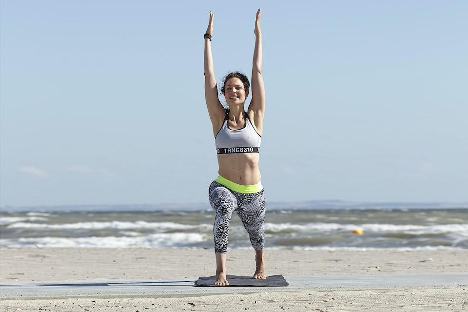 Susanne Lidang gör yogaövningen ben- och bröststretch.