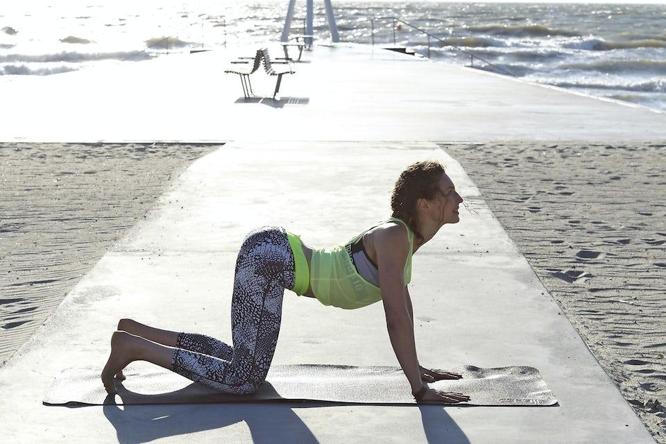 Susanne Lidang gör yogaövningen Katten.