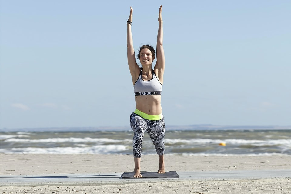 Susanne Lidang laver yogaøvelsen ben- og bryststræk.