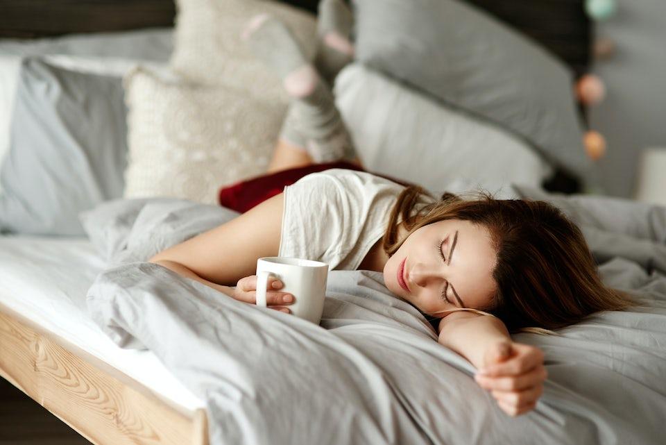 Kvinna sover, väckarklocka