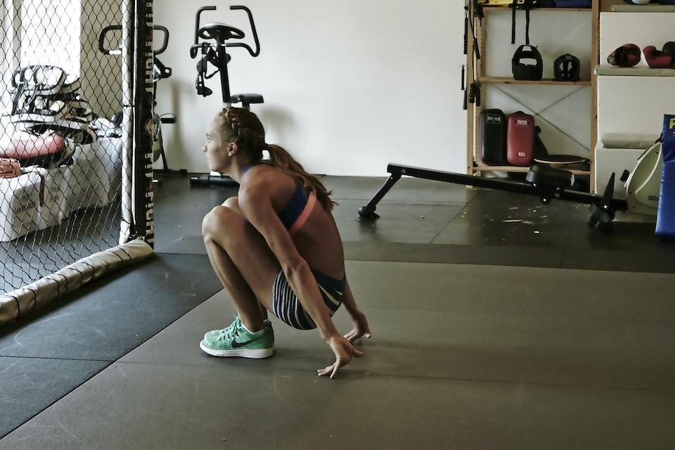 kvinde træner mave