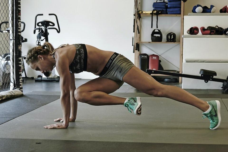 Kvinne trener magen