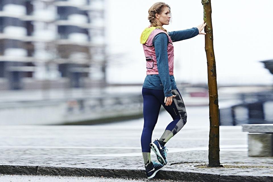 Kvinne trener styrke mot fortauskanten.
