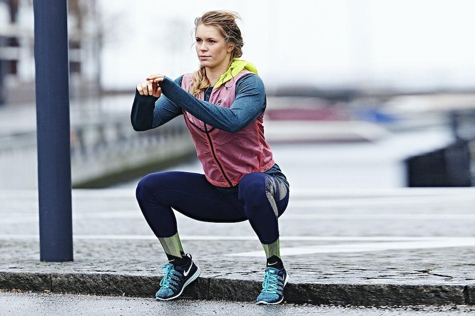Kvinna gör squat utomhus